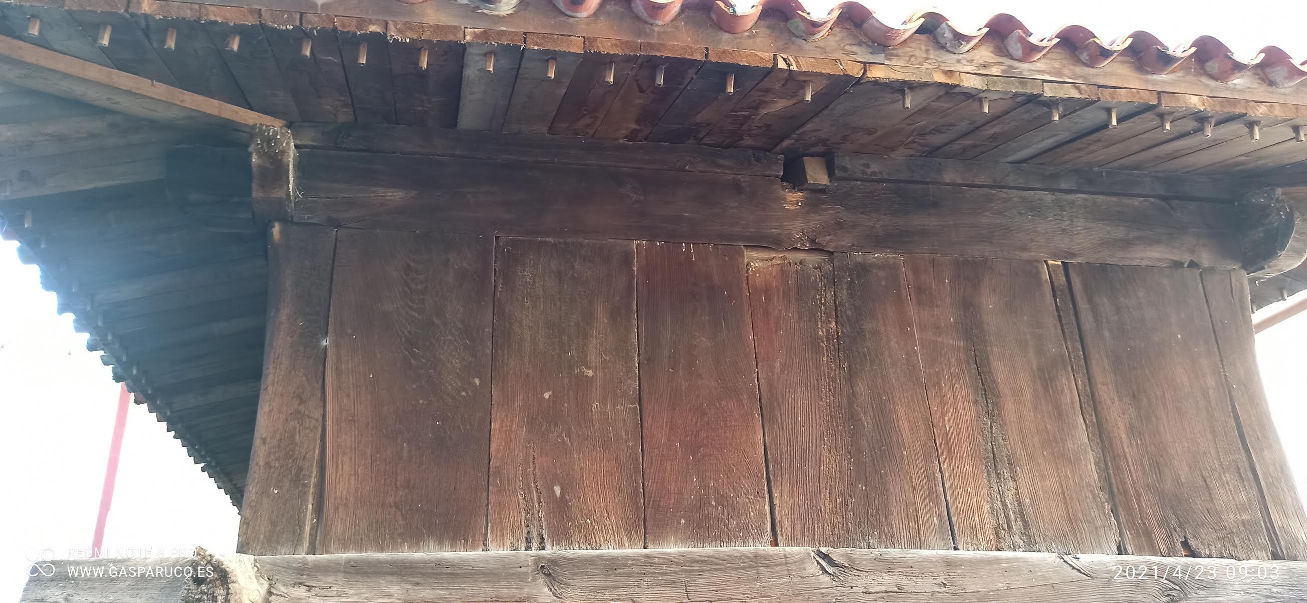 Hórreo con grabados en Villanueva de Cangas.